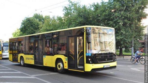 Во Львове водитель автобуса спас девушке жизнь: в сети все восхищаются его поступком