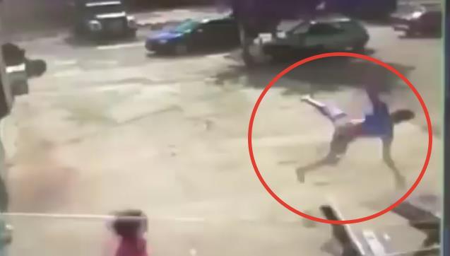 Как смерч поднял в воздух подростка в Одесской области (видео)