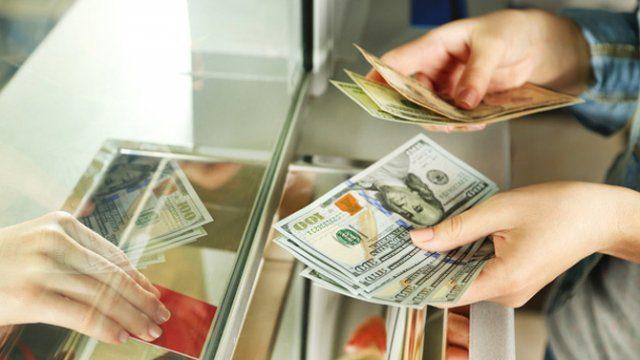 Нацбанк пытается спасти доллар: неожиданный курс на выходные