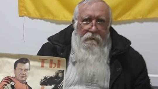Пенсионер расклеивал плакаты с Януковичем «красногвардейцем» в Мариуполе (фото, видео)